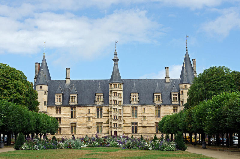 Place de la République et Palais Ducal à Nevers