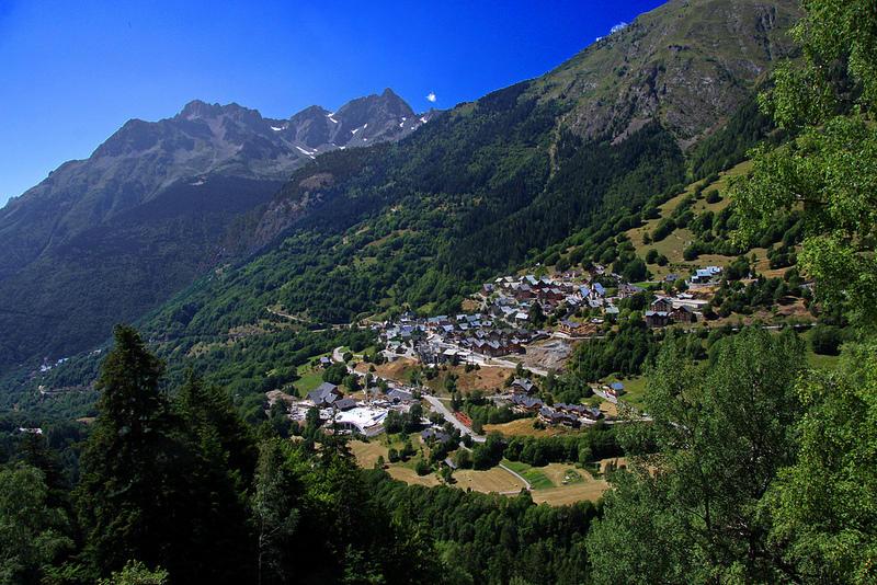 Le village de Vaujany depuis la cascade de la Fare