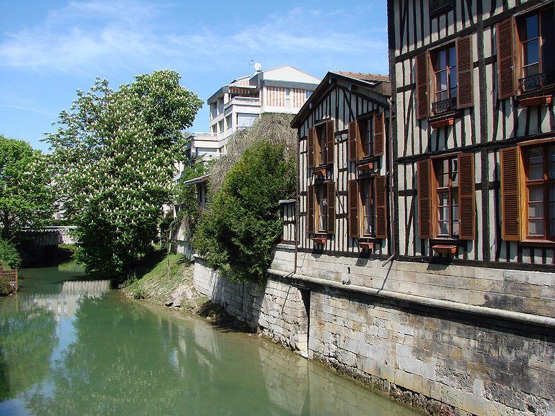 Le Nau, canal formé par un bras de la Marne, traverse le centre de Châlons-en-Champagne