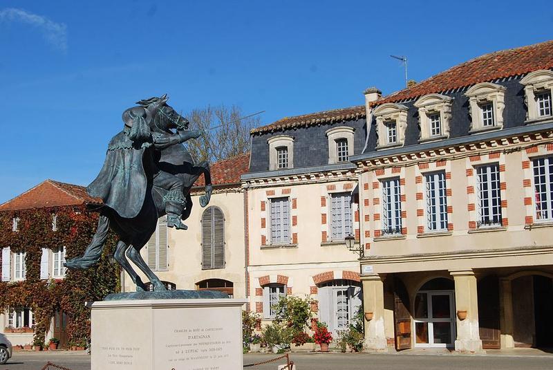 Statue de d'Artagnan sur la place centrale de Lupiac