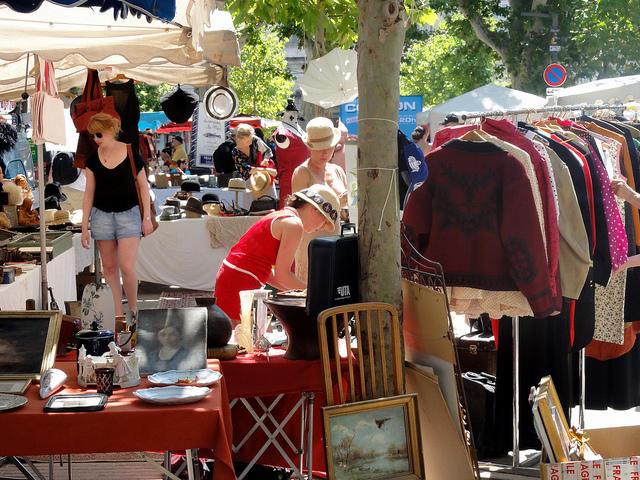 Brocante dans le centre d'Avignon