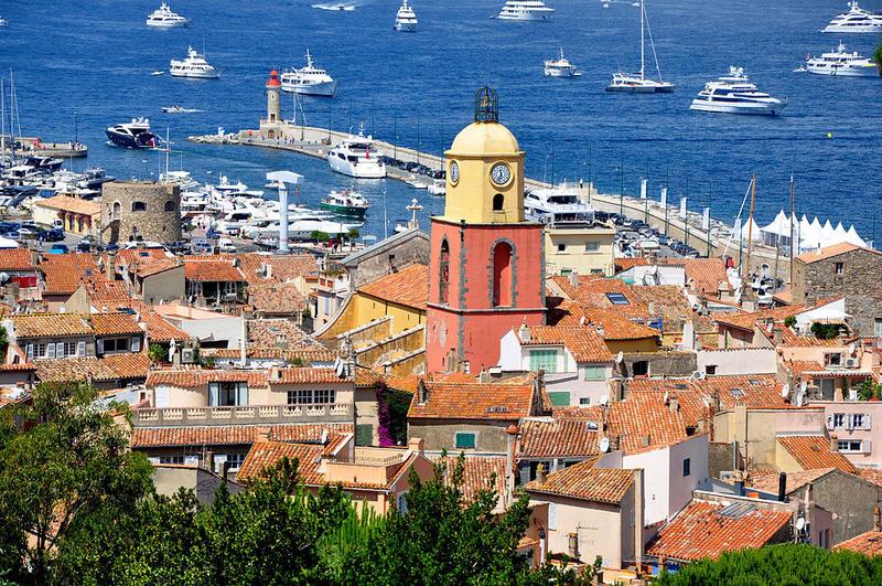 Vue d'ensemble sur le phare et l'église de Saint Tropez